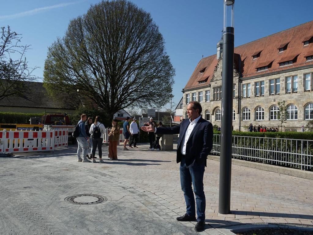 Jürgen Schüpferling findet den neuen Vorplatz des Herder-Gymnasiums besonders gelungen.