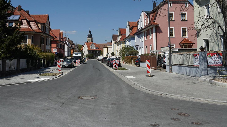 Die Luitpoldstraße nach dem Umbau: Die Gehsteige wurden verbreitert und die Parkbuchten deutlich baulich herausgearbeitet.