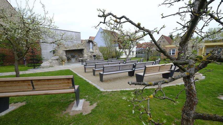Die gibt es noch nicht lange: die Lourdes-Grotte, unweit der Stadtpfarrkirche St. Georg.