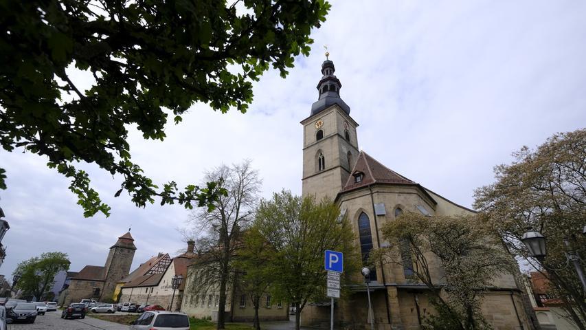 St. Georg und Stadtturm entlang der Steinwegstraße.