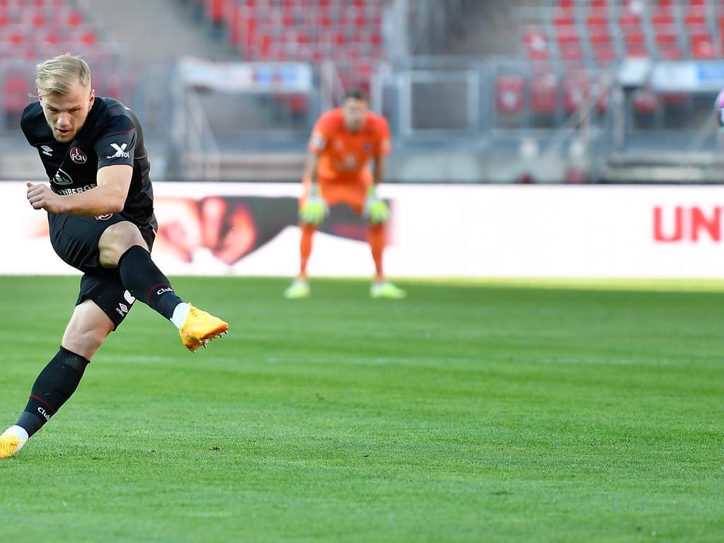27.04.2021 --- Fussball --- Saison 2020 2021 --- 2. Fussball - Bundesliga --- 29. Spieltag: 1. FC Nürnberg FCN ( Club ) - KSV Holstein Kiel ( Störche ) KSV --- Foto: Sportfoto Zink / WoZi --- DFL regulations prohibit any use of photographs as image sequences and/or quasi-video - only for editorial use --- Johannes Geis (5, 1. FC Nürnberg / FCN )