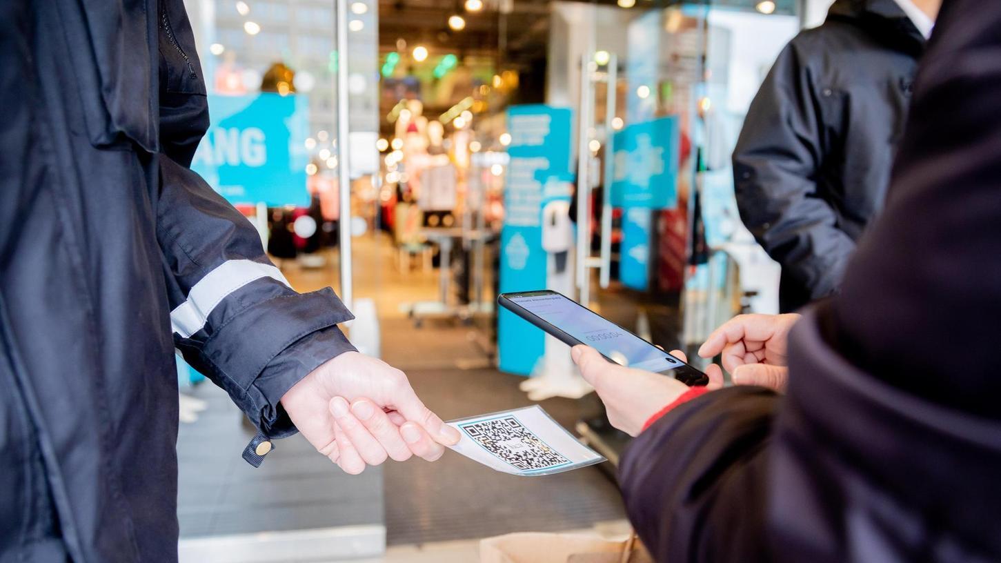 So soll es in Zukunft funktionieren: Vor dem Laden oder Lokal wird ein QR-Code mit der Handykamera gescannt, die Kontaktdaten werden digital erfasst.