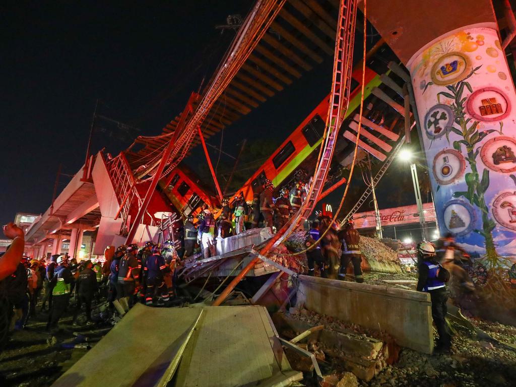 03.05.2021, Mexiko, Mexiko-Stadt: Rettungskräfte stehen am Unfallort, nachdem eine U-Bahnbrücke zum Teil eingestürzt ist. In Mexiko-Stadt ist eine U-Bahnbrücke zum Teil eingestürzt und eine Bahn dabei verunglückt. Mehrere Waggons einer U-Bahn der Linie 12 stürzten am späten Montagabend (3. Mai 2021) einige Meter in die Tiefe und stießen miteinander zusammen. Foto: El Universal/El Universal via ZUMA Wire/dpa +++ dpa-Bildfunk +++