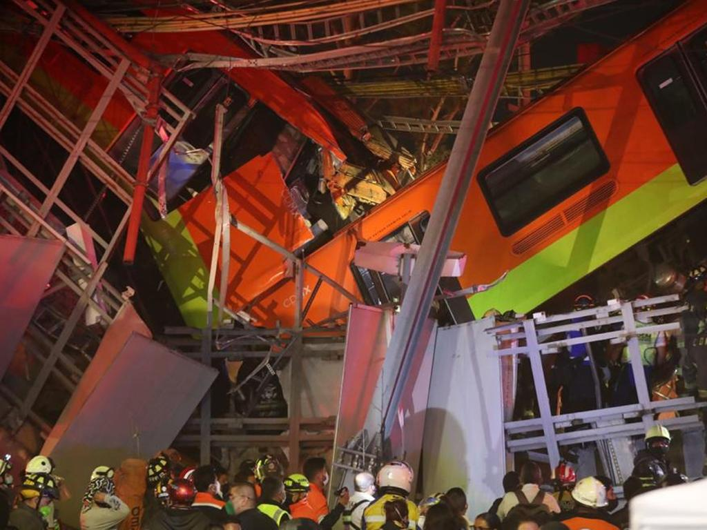 04.05.2021, Mexiko, Mexiko-Stadt: Rettungskräfte stehen am Unfallort, nachdem eine U-Bahnbrücke zum Teil eingestürzt ist. In Mexiko-Stadt ist eine U-Bahnbrücke zum Teil eingestürzt und eine Bahn dabei verunglückt. Mehrere Waggons einer U-Bahn der Linie 12 stürzten am späten Montagabend (3. Mai 2021) einige Meter in die Tiefe und stießen miteinander zusammen. Foto: El Universal/El Universal via ZUMA Wire/dpa +++ dpa-Bildfunk +++