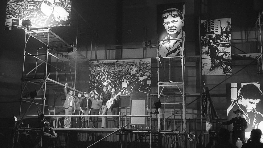 Lenin, Strauß und seine Bazis, sowie die Not der Lehrlinge besang diese Münchner Songgruppe und erntete dafür anhaltenden Beifall. Hier geht es zum Kalenderblatt vom 5. Mai 1971: Kämpferische Pose und viel Polemik.