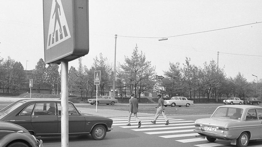 Nürnbergs Fußgänger überqueren die Straßen auf Zebrastreifen, von denen etliche in den Augen des Gesetzgebers gar keine mehr sind. Schon im Laufe der nächsten Monate wird deshalb eine ganze Reihe dieser Übergänge durch Signalanlagen ersetzt werden. Und wo die Mittel noch fehlen, wird vorerst nichts anders übrig bleiben, als die Überwege vorläufig aufzulassen. Hier geht es zum Kalenderblatt vom 6. Mai 1971: Die Überwege sind gefährlich