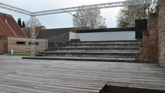 Bleibt die Bühne hinter dem Altmühlsee-Informationszentrum auch im Sommer so leer, wie sie sich derzeit präsentiert? Die Muhrer Festspiele stehen auf der Kippe.