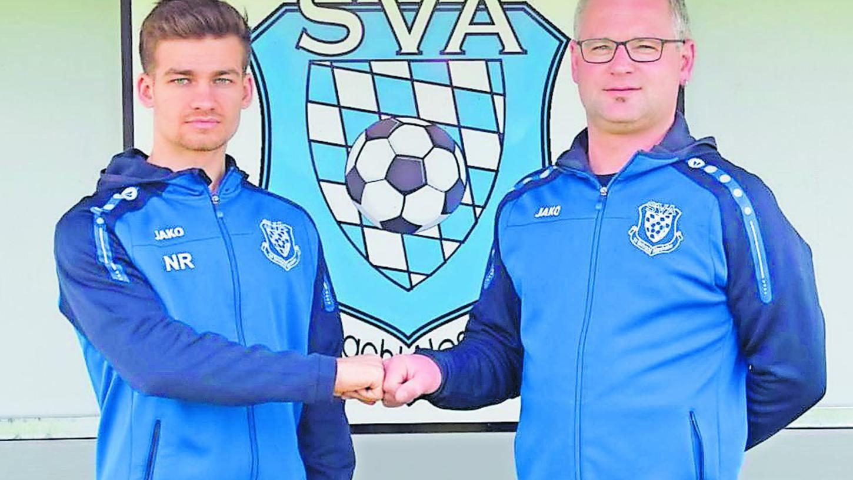 Freuen sich auf die weitere Zusammenarbeit: Trainer Niklas Reutelhuber (links) und 2. Vorsitzender Michael Hüttinger.
