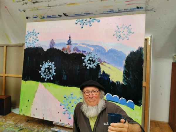 Peter Angermann in seinem Atelier in Thurndorf in der Oberpfalz - hier vor einem Landschaftsbild mit Corona-Viren ...