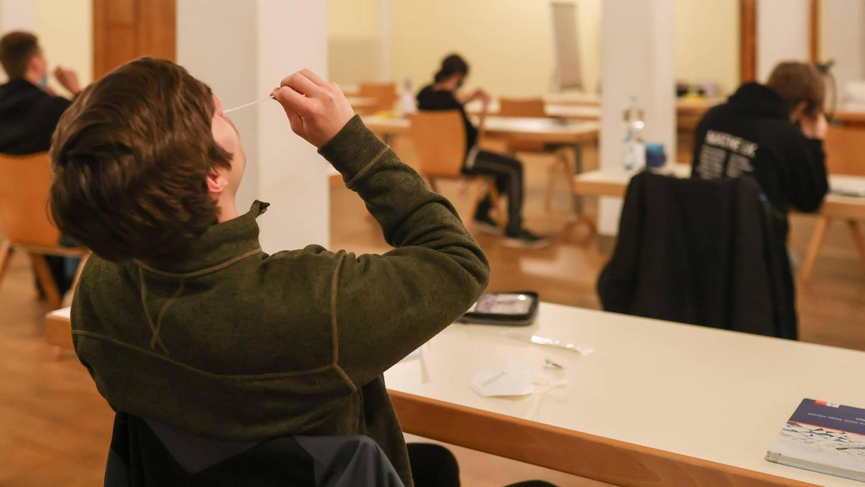 Für Abschlussklassen, wie diese Abiturienten in Wiesbaden, gehören freiwillige Corona-Tests in der Schule längst zum Alltag. Mit der Rückkehr weiterer Klassenstufen in den Präsenzunterricht werden auch für diese entsprechende Tests nötig.