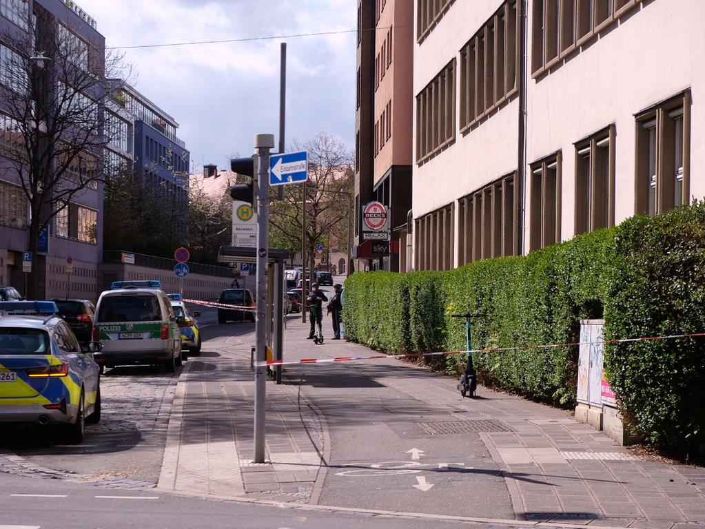 Zu einem größeren Polizeieinsatz kommt es derzeit in der Pirckheimerstraße in Nürnberg. Ersten Informationen zur Folge waren die Einsatzkräfte am Mittwochvormittag  (05.05.2021) zu einer unklaren Bedrohungslage alarmiert worden. Es kann zu in diesem Bereich zu Verkehrshinderungen kommen. Weitere Informationen folgen. Foto: NEWS5 / Grundmann Weitere Informationen... https://www.news5.de/news/news/read/20811