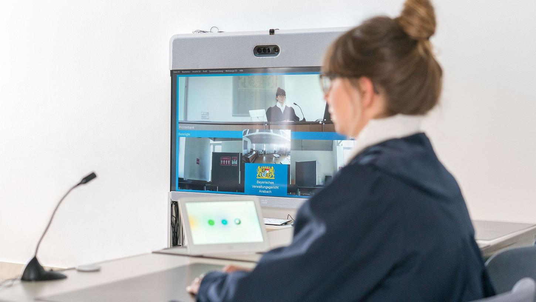 Der große Bildschirm ermöglicht es dem Gericht, alle Prozessbeteiligten hochauflösend zu sehen.