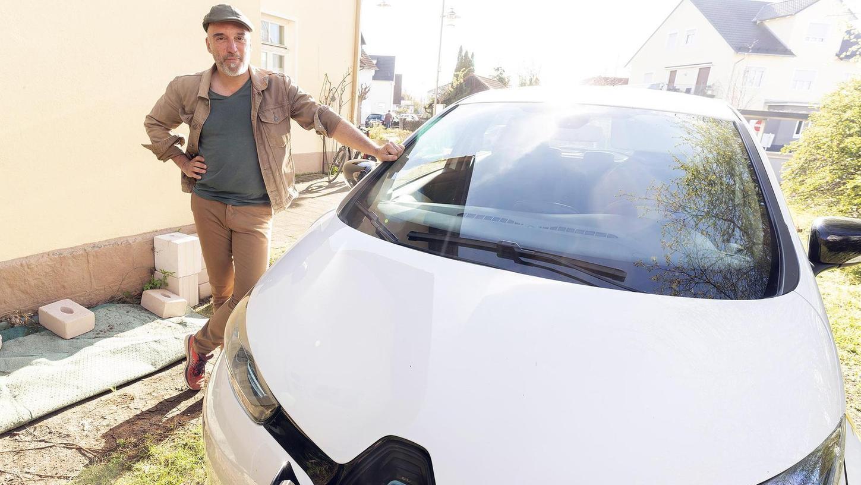"""Mit dem Renault Zoë der """"Bürger-für-Bürger-Energie"""" ist Stefan Lang ebenso zufrieden wie mit dem Carsharing-Prinzip."""