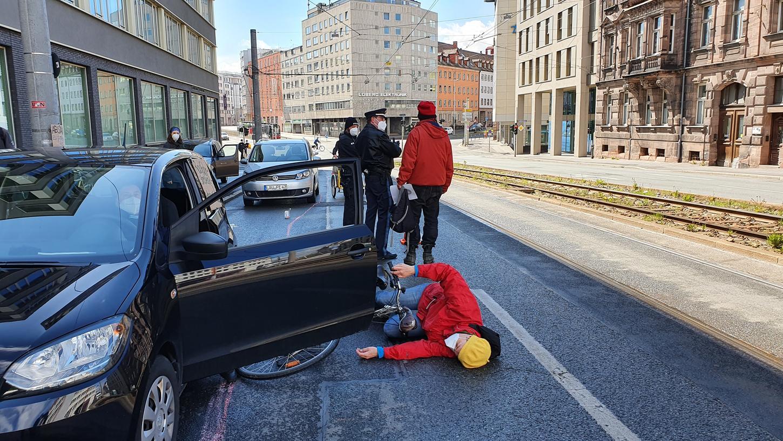 Dooring-Unfälle: Wenn Autofahrer unvermittelt ihre Tür aufreißen, kann das schwere Fahrrad-Stürze verursachen.