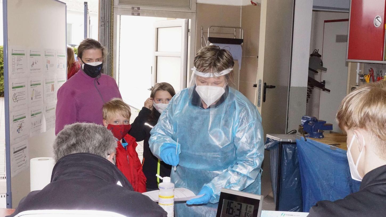 Karin Sauer geht mit Martin und Anja jede Woche zum Schnelltesten. Ihre beiden Kinder haben keine Angst mehr vor dem Abstrich mit dem Wattestäbchen. In der Schule dürfen sie den Test künftig selbst machen.