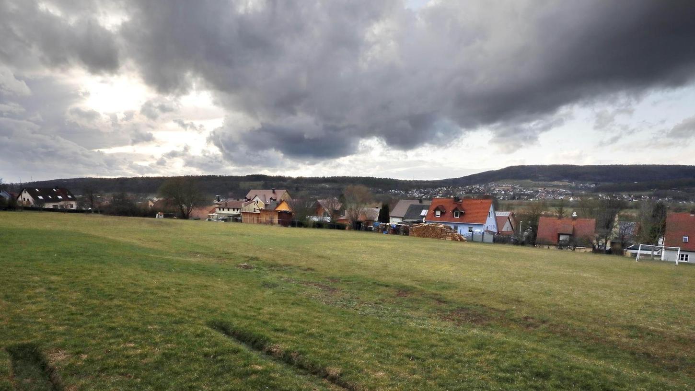 Umgeben von Ein- und Zweifamilienhäusern sollen auf dieser Wiese am Lindenanger in Kirchehrenbach zehn Wohnhäuser mit je fünf Wohneinheiten und drei Vollgeschossen entstehen.