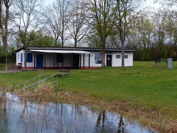 Der Platz um das alte Wasserwachthaus könnte der Standort für die neue Pumptrack-Anlage werden, sollte der Grundstückszukauf außerhalb des Naturbadgeländes nicht zustande kommen.