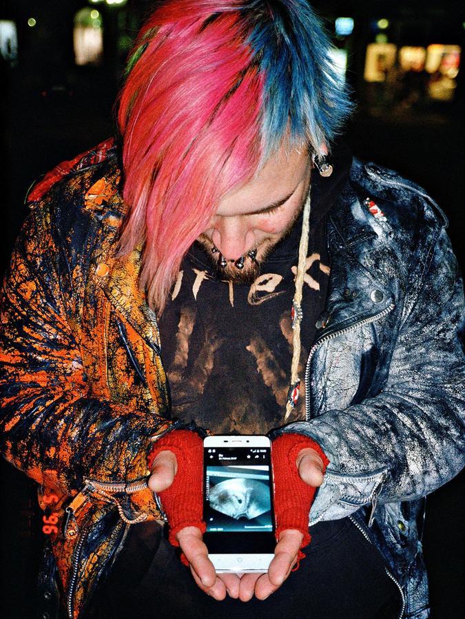 Leiser Moment: Punk Schrabbel zeigt ein Foto von seinem ungeborenen Baby. Foto aus dem Buchprojekt