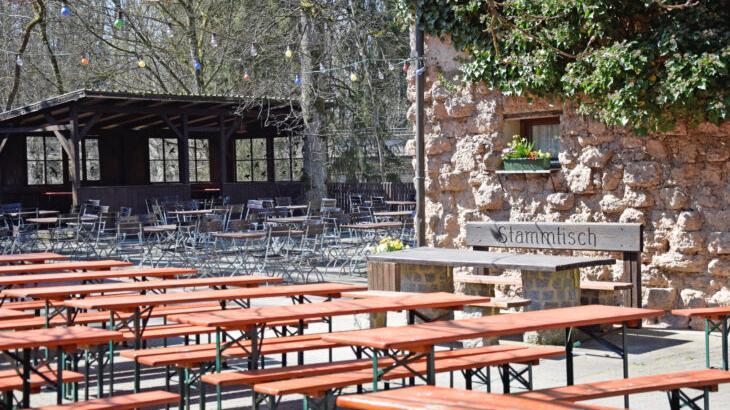 Leere Bänke trotz Lockerungen: Die Biergartenbetreiber (hier die Waldschänke Brückkanal) bleiben skeptisch, ihre Tische vorerst leer.