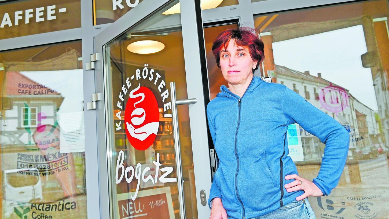 Constanze Bogatz vor ihrer Rösterei mit Café in Forchheim: Die angekündigte Öffnungsmöglichkeit sieht sie momentan noch sehr kritisch.