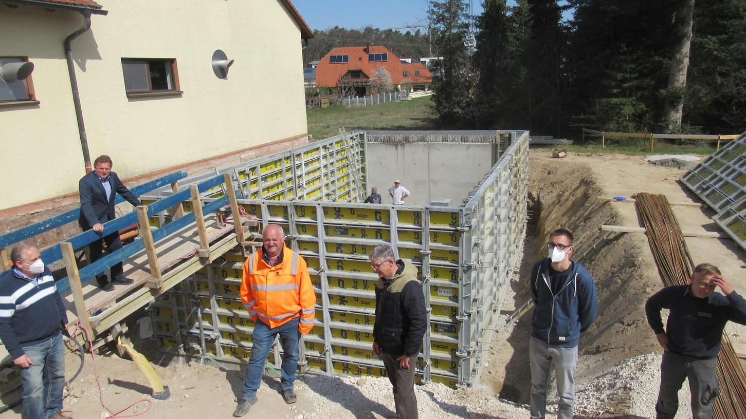 Die Arbeiten am neuen Absetzbecken gehen zügig voran, wie es sich bei der Baustellenbesichtigung durch Planer und Vertreter des Zweckverbandes Rezattal zeigte.
