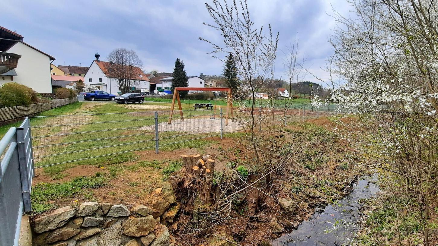 Erste Arbeiten für den neuen Zogenreuther Dorfplatz sind bereits erledigt. Unter anderem wurde zum Fenkenwaldbach ein neuer Zaun aufgestellt.