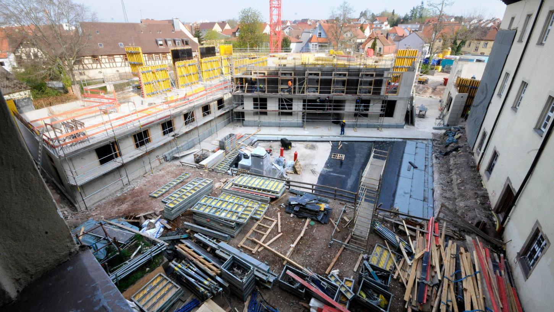 Der Herzogenauracher Rathaus-Neubau nimmt Form an. Und die Arbeiten sind sowohl im Zeitplan als auch im Finanzrahmen.