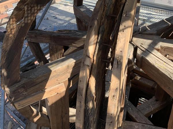 An den Achsen des Dachreiters sind massive Schäden sichtbar geworden. Sie sind in erster Linie durch Feuchtigkeit entstanden.