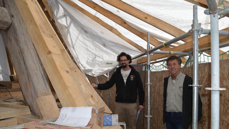 Ortstermin unter dem Foliendach: Architekt Stefan Stenglein (links) und Kirchenpfleger Stephan Keller begutachten die Sanierungsarbeiten.