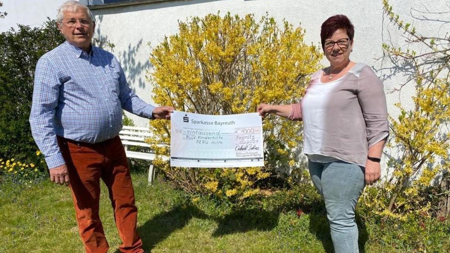 Für den BLLV-Kreisverband überreichte Vorsitzende Bettina Ondrusek einen symbolischen Spendenscheck über 1000 Euro an den Kinderhilfe-Botschafter Peter Lang.