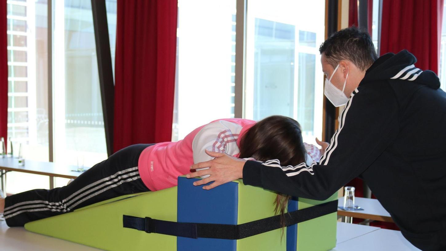 Nadine Zink absolviert ihre ersten Übungen auf dem Lagerungskeil unter Anleitung von Andreas Kulas.