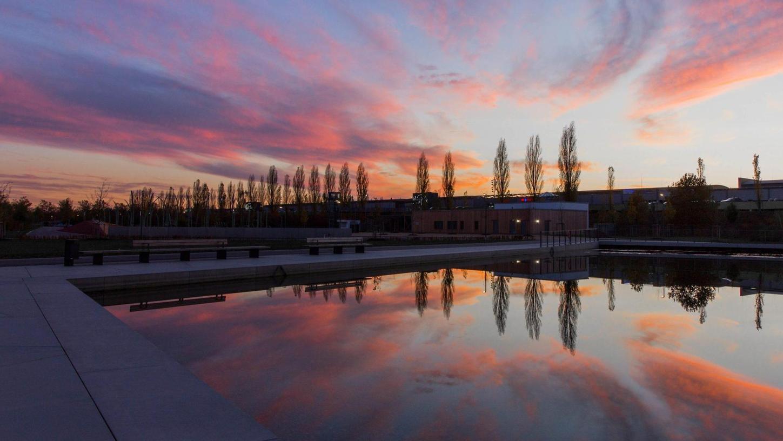 Der Landschaftssee im Landesgartenschaugelände in Ingolstadt ist nicht nur bei Sonnenuntergang ein Blickfang.