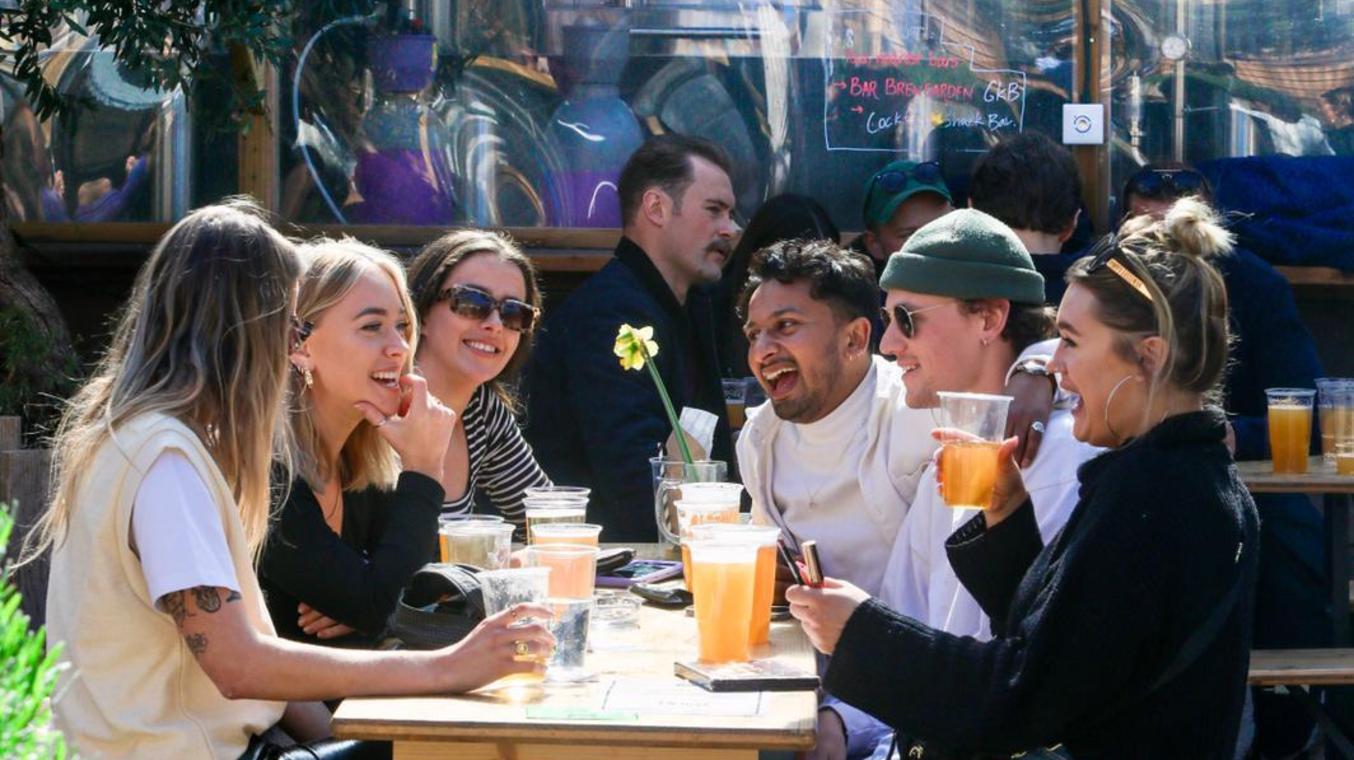 In London ist es seit einigen Wochen wieder möglich, in den Biergarten zu gehen - und beispielsweise German Kraft Beer zu trinken.