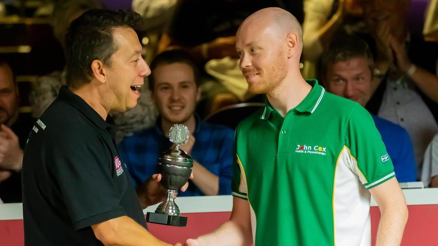 Beim bis dato letzten Paul Hunter Classic im Jahr 2019 überreicht Thomas Cesal (links) den Pokal an den Speed-Cup-Sieger Gary Wilson.