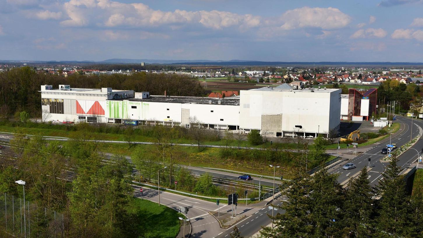 Noch flankieren die einstigen Höffner-Gebäude an der Autobahnabfahrt Fürth-Ronhof den Frankenschnellweg. Doch das soll sich ändern.