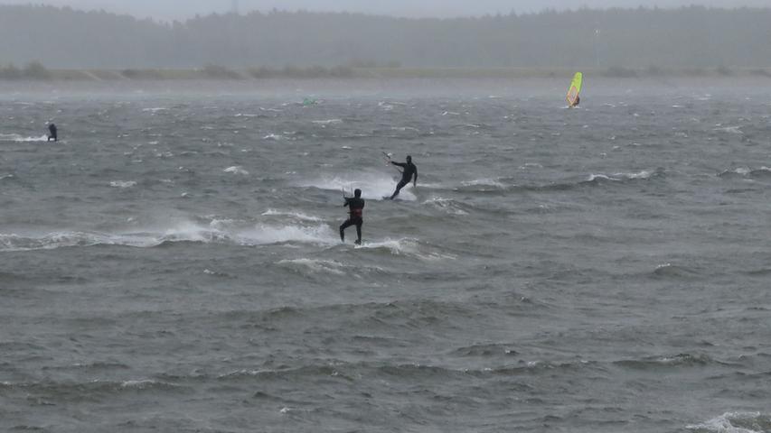 Nur die ganz großen Wellen fehlen: Der Große Brombachsee wurde beim windigen und regnerischen Wetter zum Surfrevier.