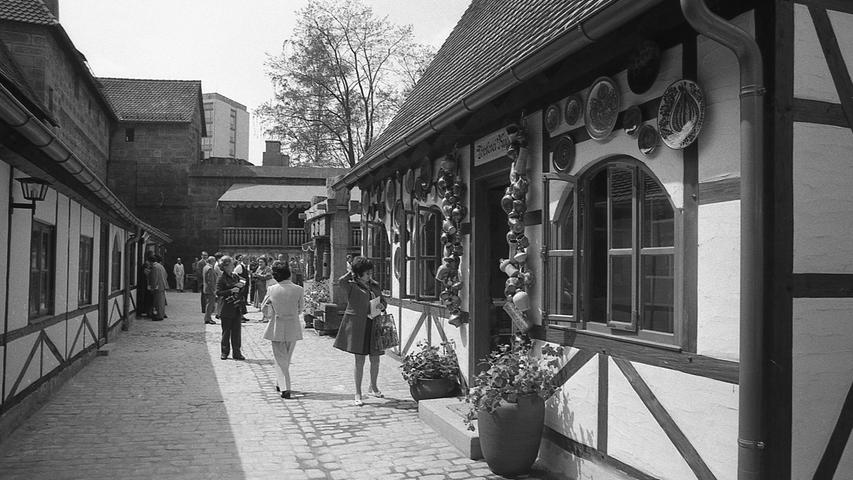 """Der vorweihnachtliche Christkindlesmarkt hat ein sommerliches Gegenstück bekommen: """"Alt-Nürnberg"""" Im Waffenhof am Königstor. Das Fachwerkstädtchen in der Stadt öffnet heute seine Tore. Hier geht es zum Kalenderblatt vom 9. Mai 1971:Ein Markt im Sommer."""