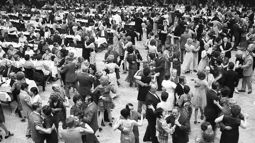 """Gern werden sich die 1.100 Mitarbeiter der """"Nürnberger Nachrichten"""" des gelungenen Festes am Samstagabend im großen Saal der Meistersingerhalle erinnern.Hier geht es zum Kalenderblatt vom 10. Mai 1971:Max Greger heizte den """"NN"""" ein."""
