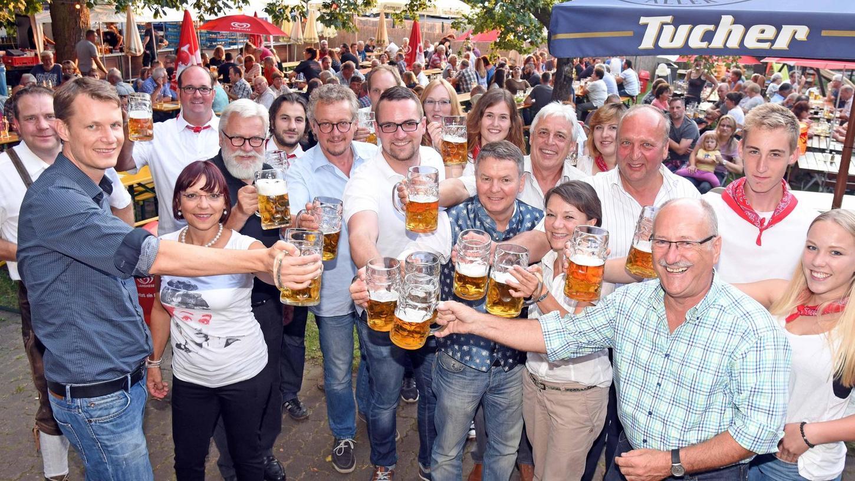 Bis beim Döllinger in Schaftnach die Bierkrüge wieder so klappern wie auf diesem Bild von der Kirchweih 2017, wird es wohl noch etwas dauern. Uwe Döllinger verzichtet am Montag auf eine Öffnung – obwohl er öffnen dürfte.