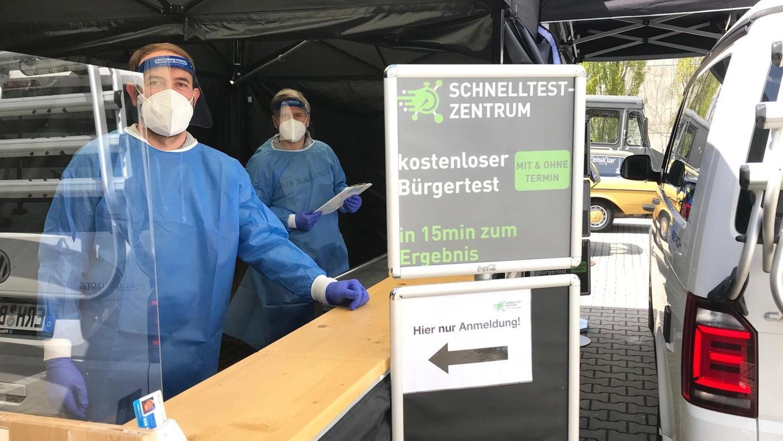 """""""Schneller und bequemer geht es kaum"""": Daniel Gürtler (li.) und Alexander Benedikt in einer ihrer neuen Corona-Teststraßen."""