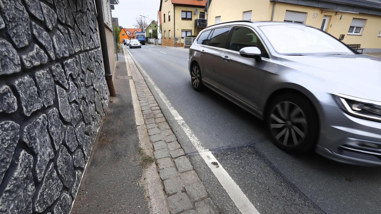 In Burk sind die Gehsteige entlang der Ortsdurchfahrt teilweise nur wenige Zentimeter breit. Zum Gehen oder gar Kinderwagenschieben viel zu gefährlich.