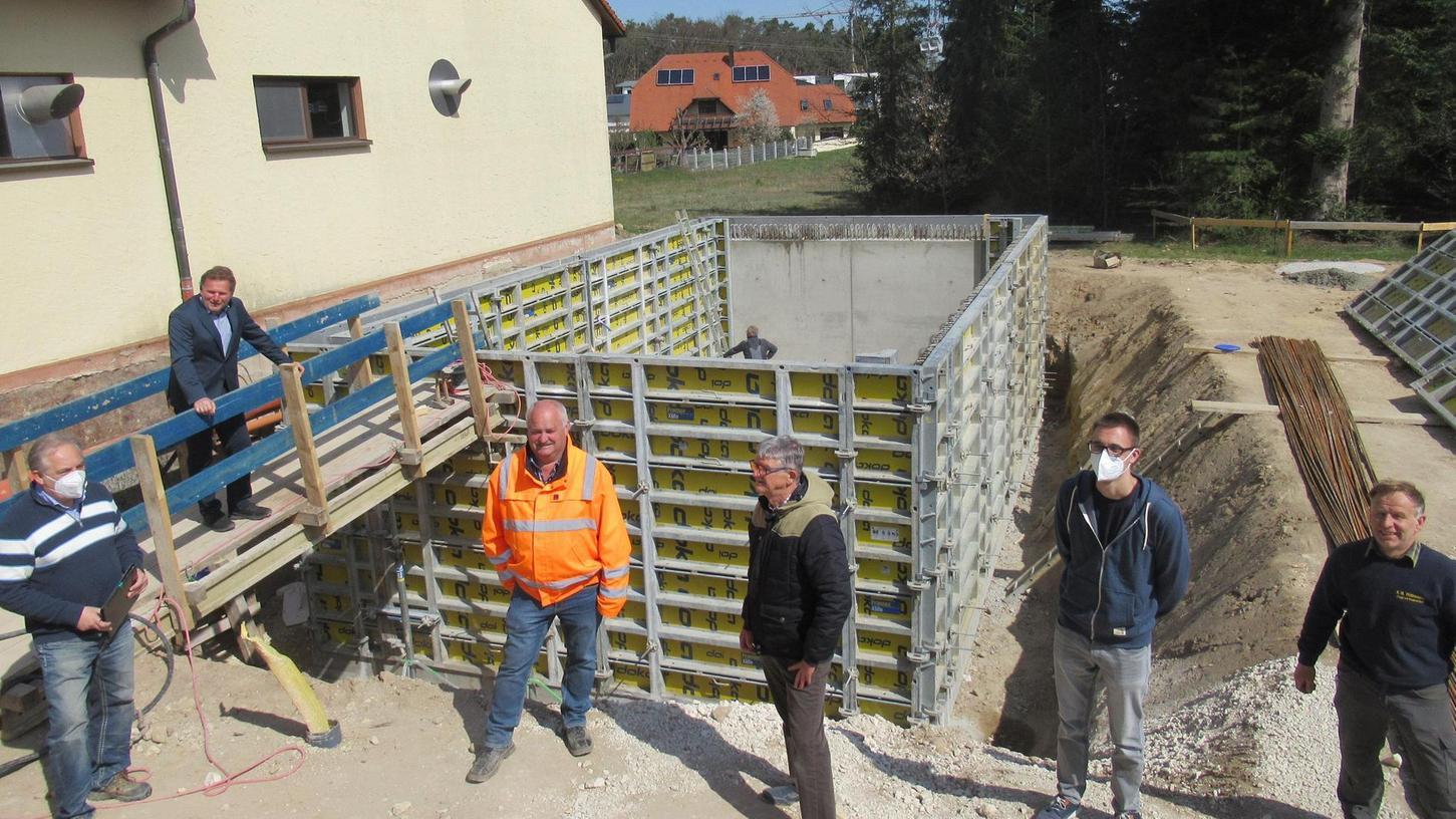 Die Arbeiten an der neuen Absetzanlage mit einem Fassungsvermögen von 100 Kubikmetern Wasser gehen zügig voran, wie es sich bei der Baustellenbesichtigung erwies.