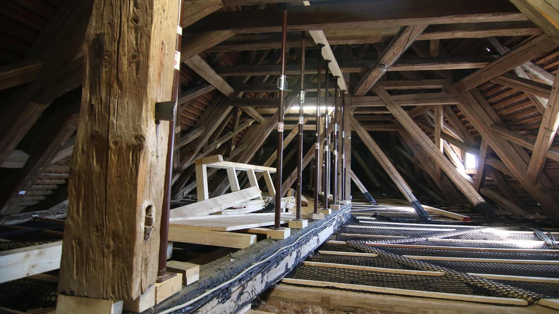 Die beeindruckende, aktuell unterstützte Holzkonstruktion über dem Rittersaal hält die Stuckdecke des größten Seminarraumes der Burg.