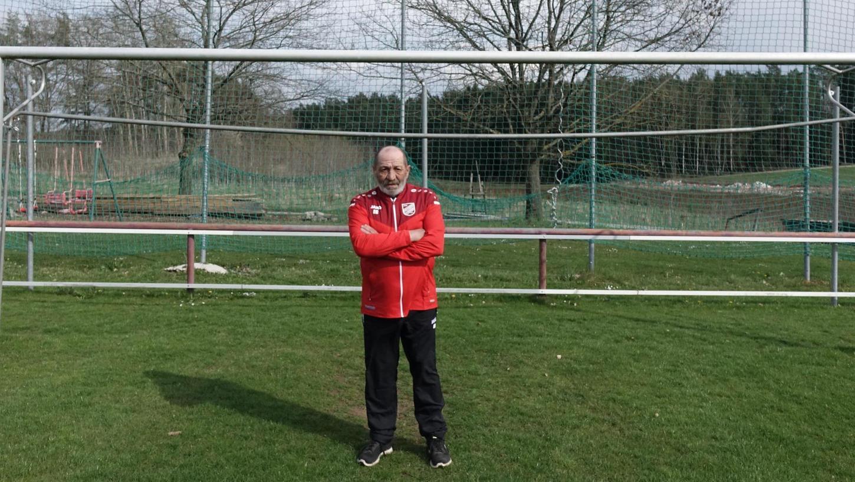 Erwin Geier auf dem Rasen des FC Troschenreuth. Als Spieler hat er dort Grätschen verteilt. Seit knapp 50 Jahren sorgt er dafür, dass der Platz in gutem Zustand bleibt.