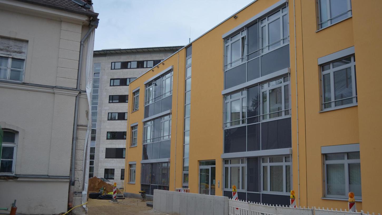 Ein drittes Gebäude am Klinikum Neumarkt haben Leokadia und Johann Donauer gestiftet, hier die Ansicht von der Nürnberger Straße aus. Dort wurden unter anderem weitere Kapazitäten geschaffen, um Frühchen und Neugeborene zu überwachen.