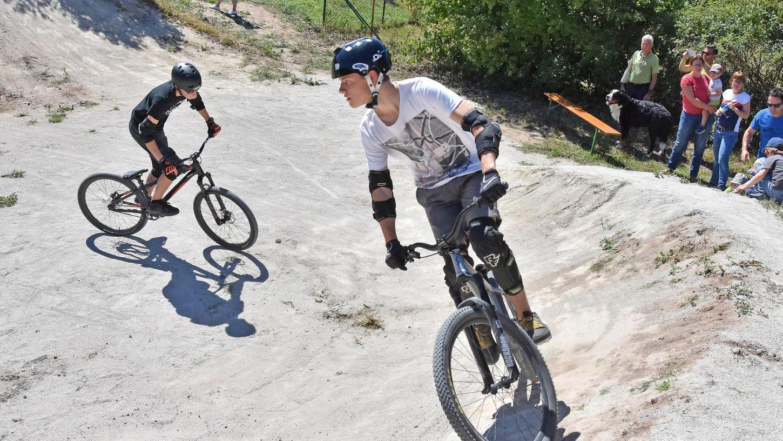 Künstliche Hügel und Kurven – wie hier in Wachendorf - werden aus Aushub modelliert. Auf dem Kurs können sich die Jugendlichen dann mit ihren Mountainbikes oder BMX-Rädern austoben.