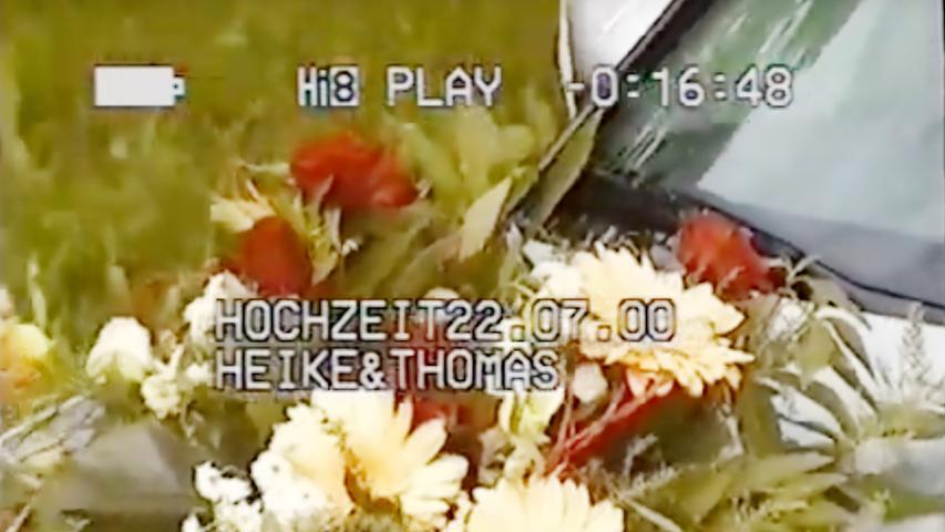 Dieser Blumenschmuck zierte einen silbergrauen Opel. Mit dieser Szene beginnt das 20-minütige Video, das den Finder mittlerweile sehr beschäftigt.