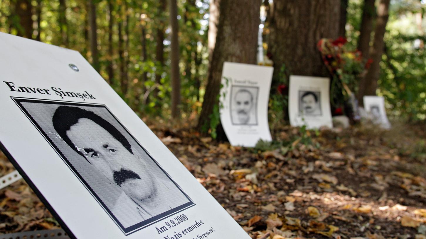 """Zum Jahrestag der Ermordung des Blumenhändlers Enver Simsek haben Initiativen wie """"Das Schweigen durchbrechen"""" Fotos der Nürnberger NSU-Opfer an der Liegnitzer Straße in Langwasser angebracht. Noch liegen die Hintergründe der Taten im Dunkeln."""