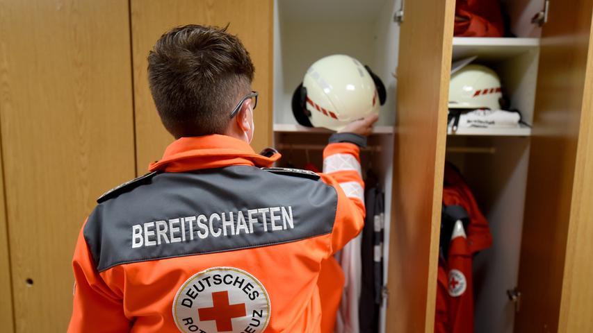 Zur Ausrüstung zählen neben den Jacken auch Schutzhelme.