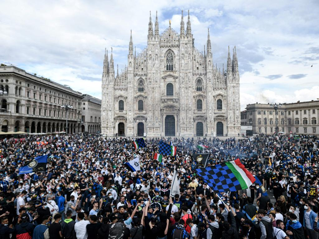 TOPSHOT - FC Internazionale supporters celebrate at Piazza Duomo in Milan on May 2, 2021, after the team won the Italian Serie A Championship title. (Photo by Piero CRUCIATTI / AFP)